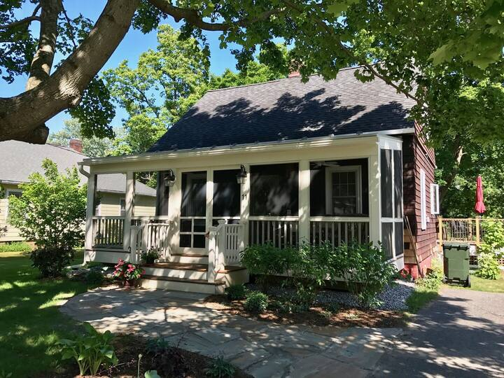Laurel Cottage: Large screened porch, sun deck, 2 minutes to GB!
