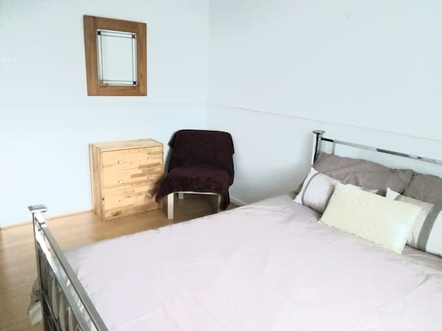 2 bedrooms available, 3 miles from the city centre