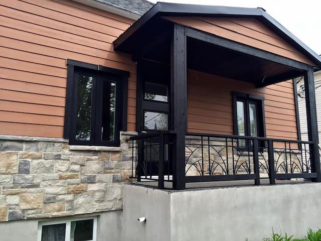 Petite maison avec stationnement et terrasse - Saint-Jean-sur-Richelieu - Huis