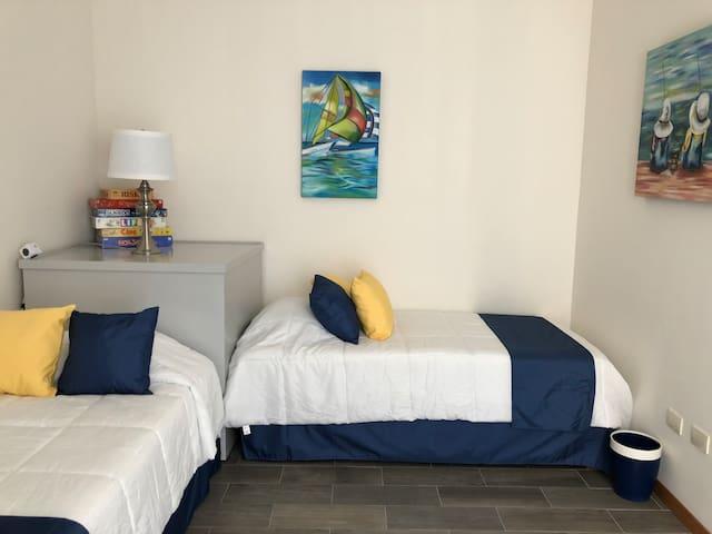 Room 3 - Habitación 3, con pequeño balcón  Baño completo, Dos camas individuales