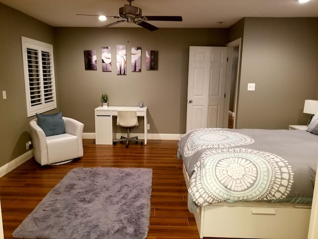 Private Master Bedroom/Bath  country/close to town