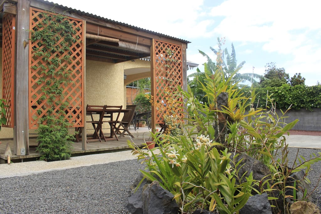 La terrasse extérieure et son coin repas (photo n°1)