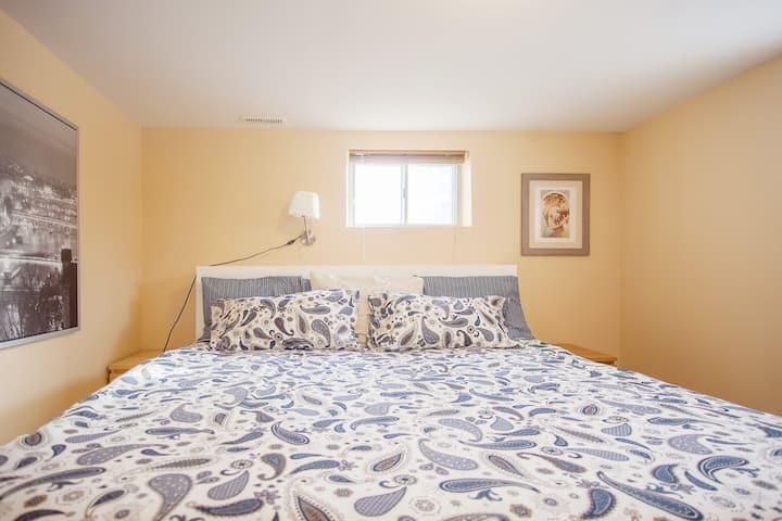 1 bedroom w/parking by subway,24 hr buses.Sleeps 4