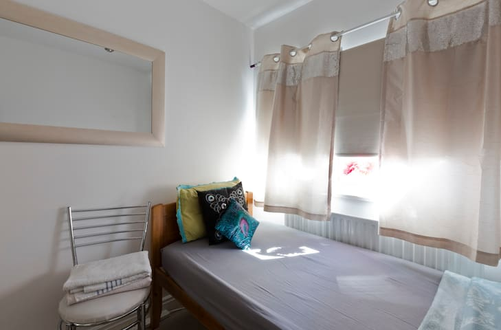 Beautiful Single bedroom - 10 mins to Train/City - Slough - Ev