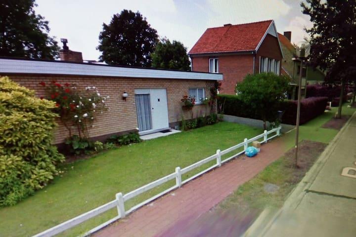 Mooie ruime bungalow in een groene omgeving.