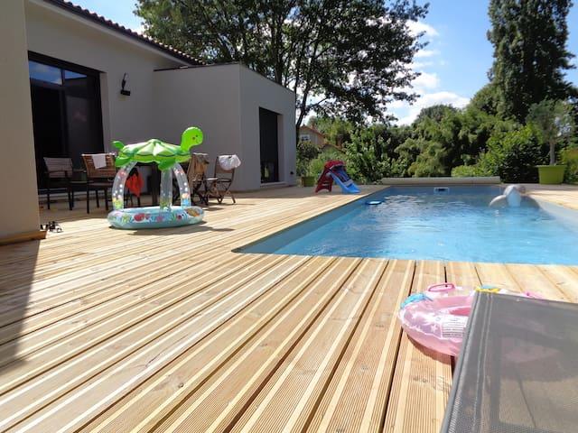 Maison moderne bord de rivière avec piscine - Magnac-sur-Touvre - Huis