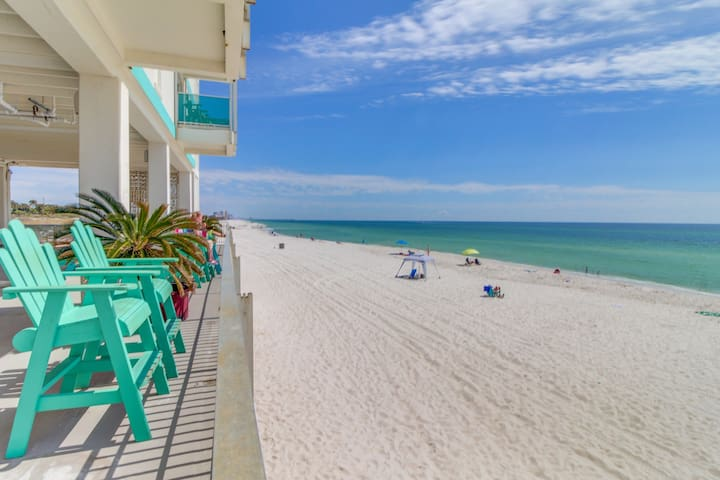 Beautifully renovated, Gulf view studio on a private beach w/ a shared pool
