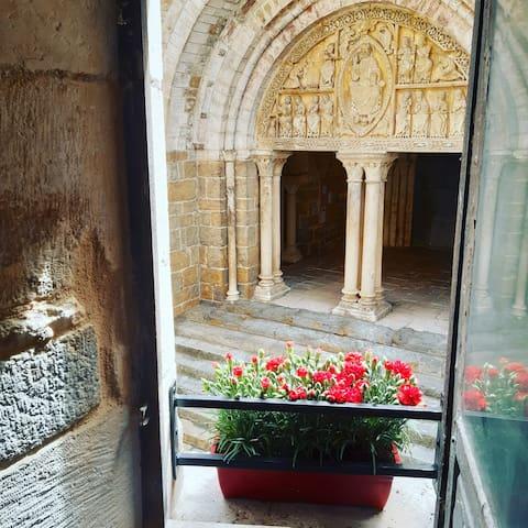 Petit château dans la cour du prieuré
