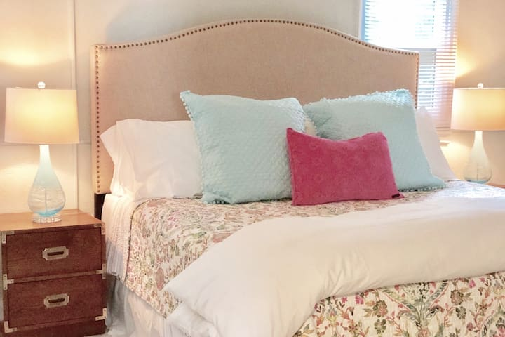 ♥ of Riverside | The Palm | Comfy King Bed