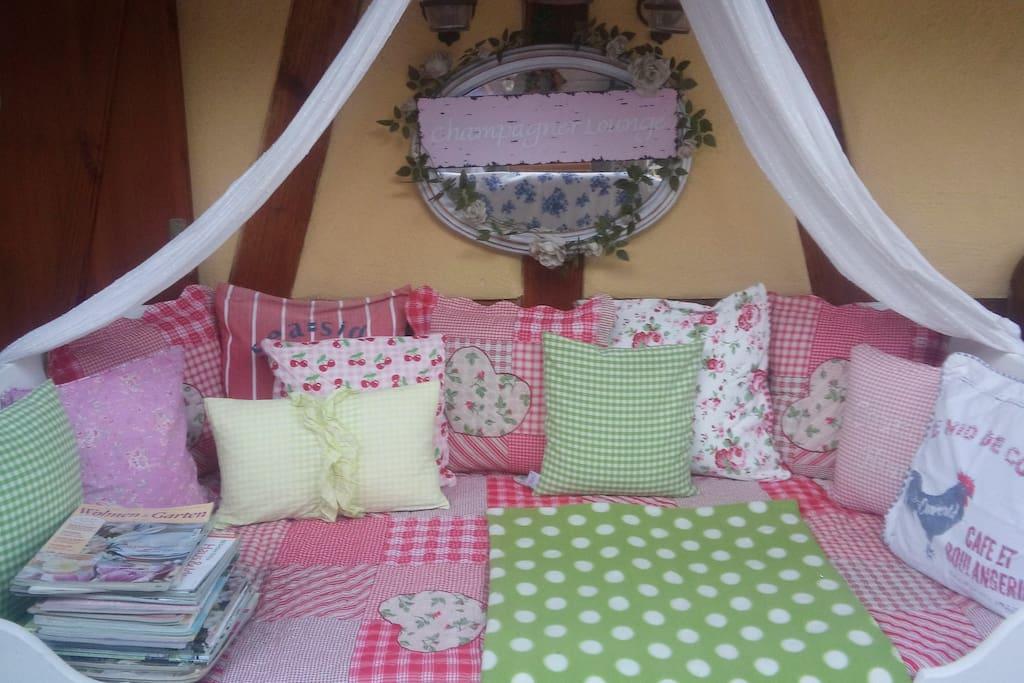 Das Bett auf der Terrasse .