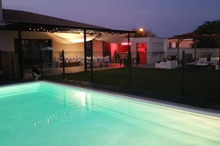 Grande villa contemporaine climatisée avec piscine