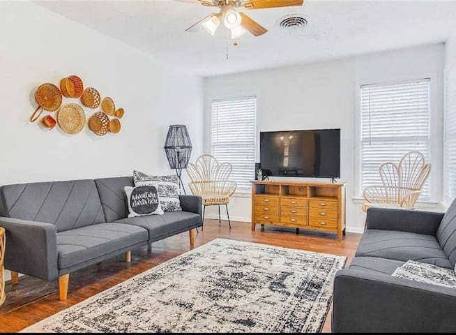 DFW/Arlington 3 BR next to AT&T/Six Flags/Airport