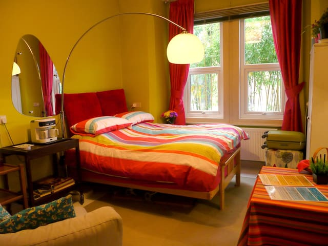 Large bright kingsize bedroom in quiet location