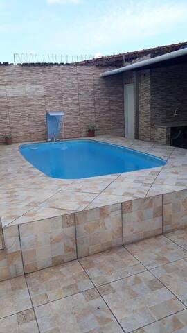 Excelente sobrado c/ piscina a 900 metros da praia