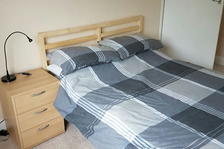 Cosy bright double S facing bedroom, garden view - Bishopstoke, Eastleigh