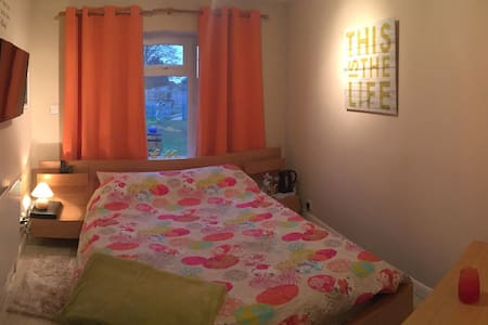 Double room with own toilet/sink and entrance - Lincoln - Hus