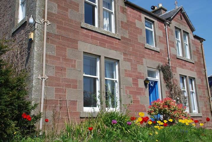 Rural village: Edinburgh 75 mins - Alyth - House