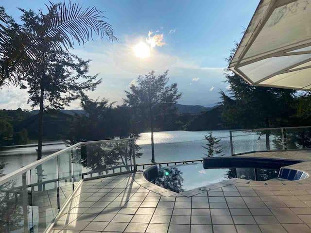 Lago Verde represa piscina muelle Guatape