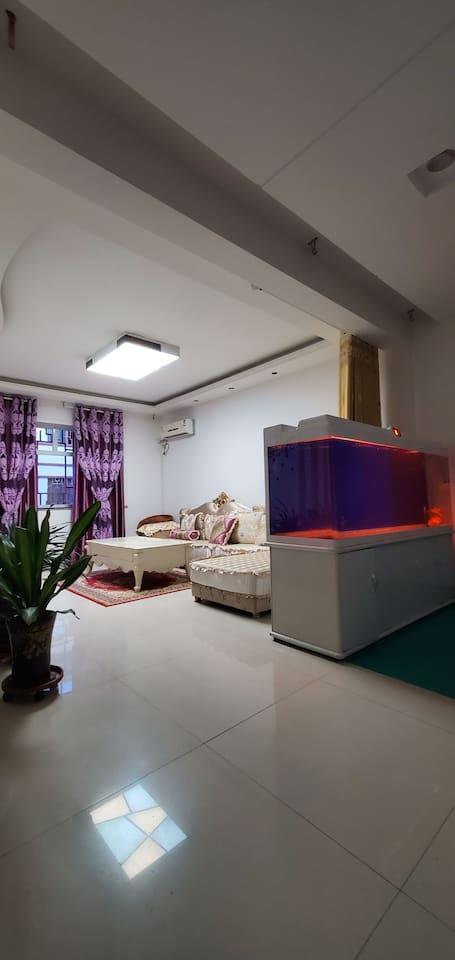 客厅:具备空调 70寸液晶曲屏电视 欧式沙发