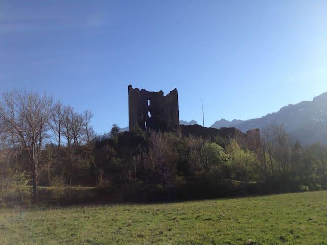Ruines d'un chateau du XXIIIeme siècle sur un site magnifique. Parfait pour picniquer. 10 min à pied.