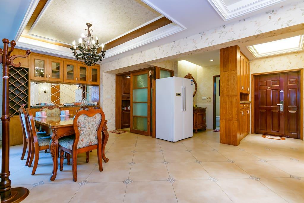 厨房和餐厅及入户门