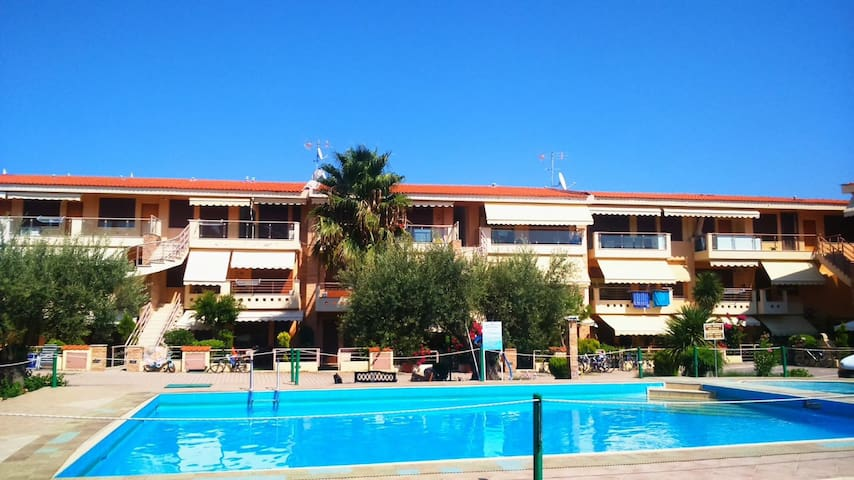 Luxurious seaside maisonette & pool, 10m from sea.