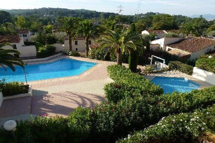 Charmante petite villa dans domaine avec piscine.