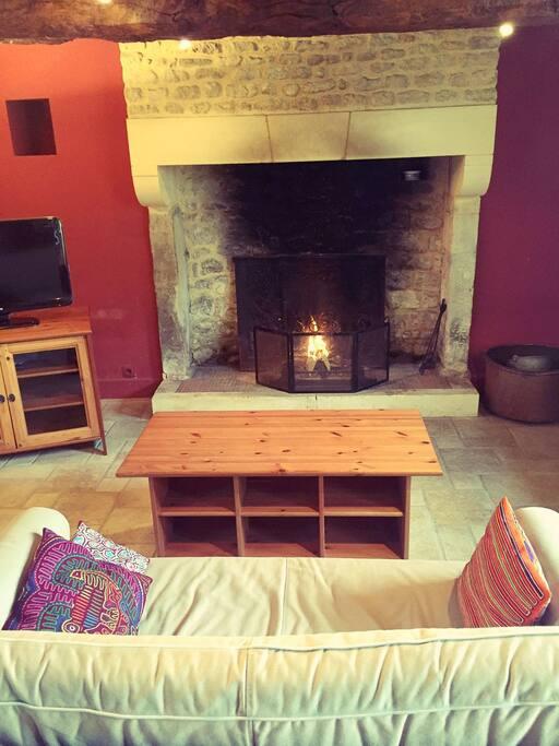 Salle du bas avec cheminée