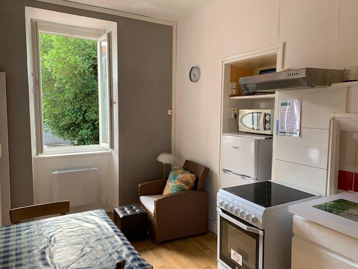 Bristol Manor F1 N4 1er étage chambre et cuisine