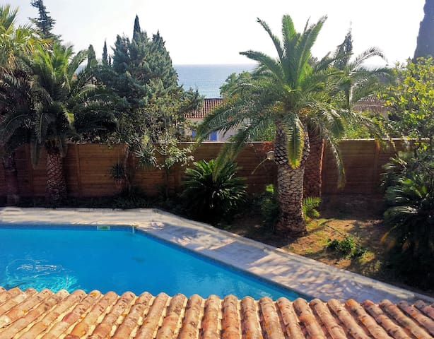 Large villa 300 m from the sea