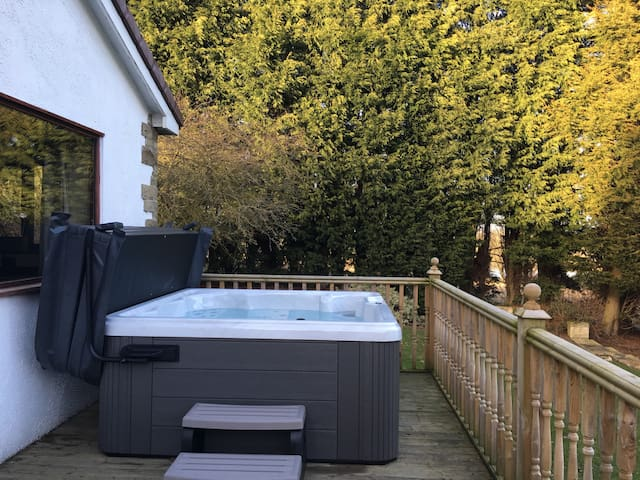 5 bed with hot tub and reservoir views