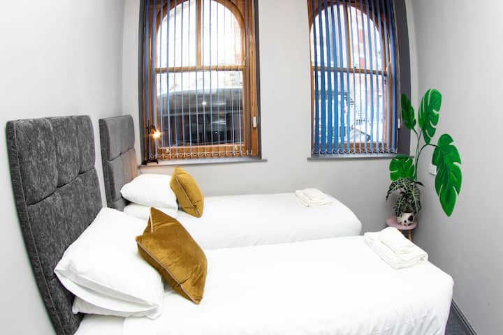 *Prime Location*Modern Rooms*Sleeps 2*On Site Cafe