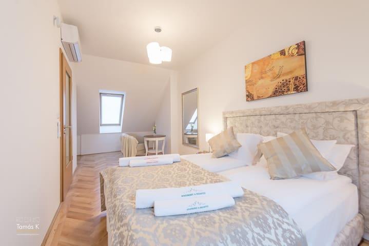 Grand Astoria Apartment with Jacuzzi