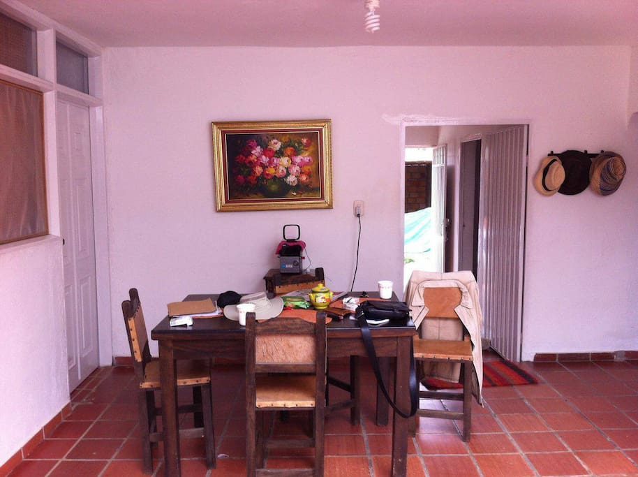 Zona común con comedor para 4 personas.   Common zone with dinning room with room for 4 people.
