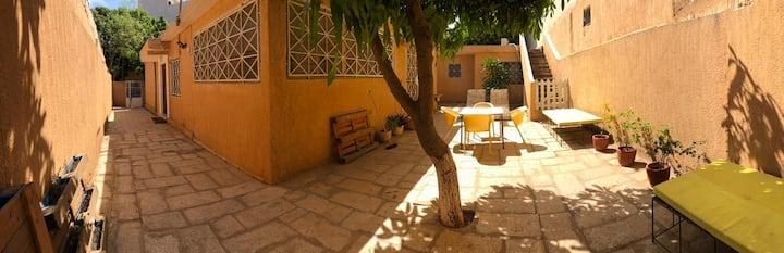 Chambre privée agréable sur une grande villa calme