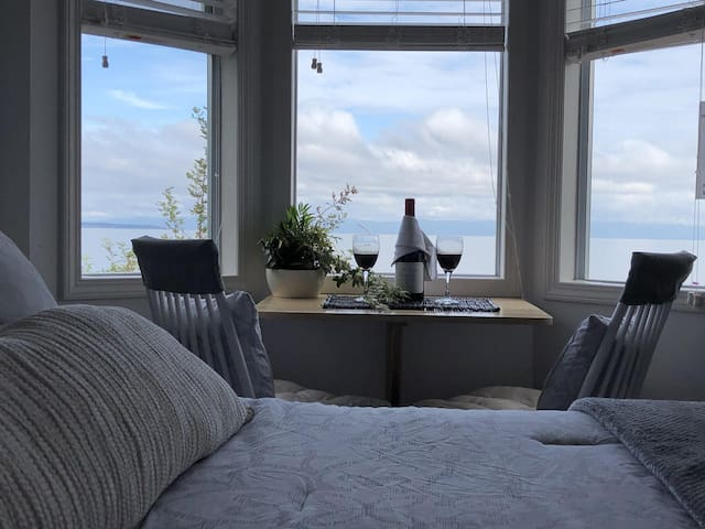 Cozy Walk on Beachfront Studio Cottage Adults only
