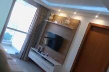 Sala de Estar climatizada com TV Smart e Wifi para uso.