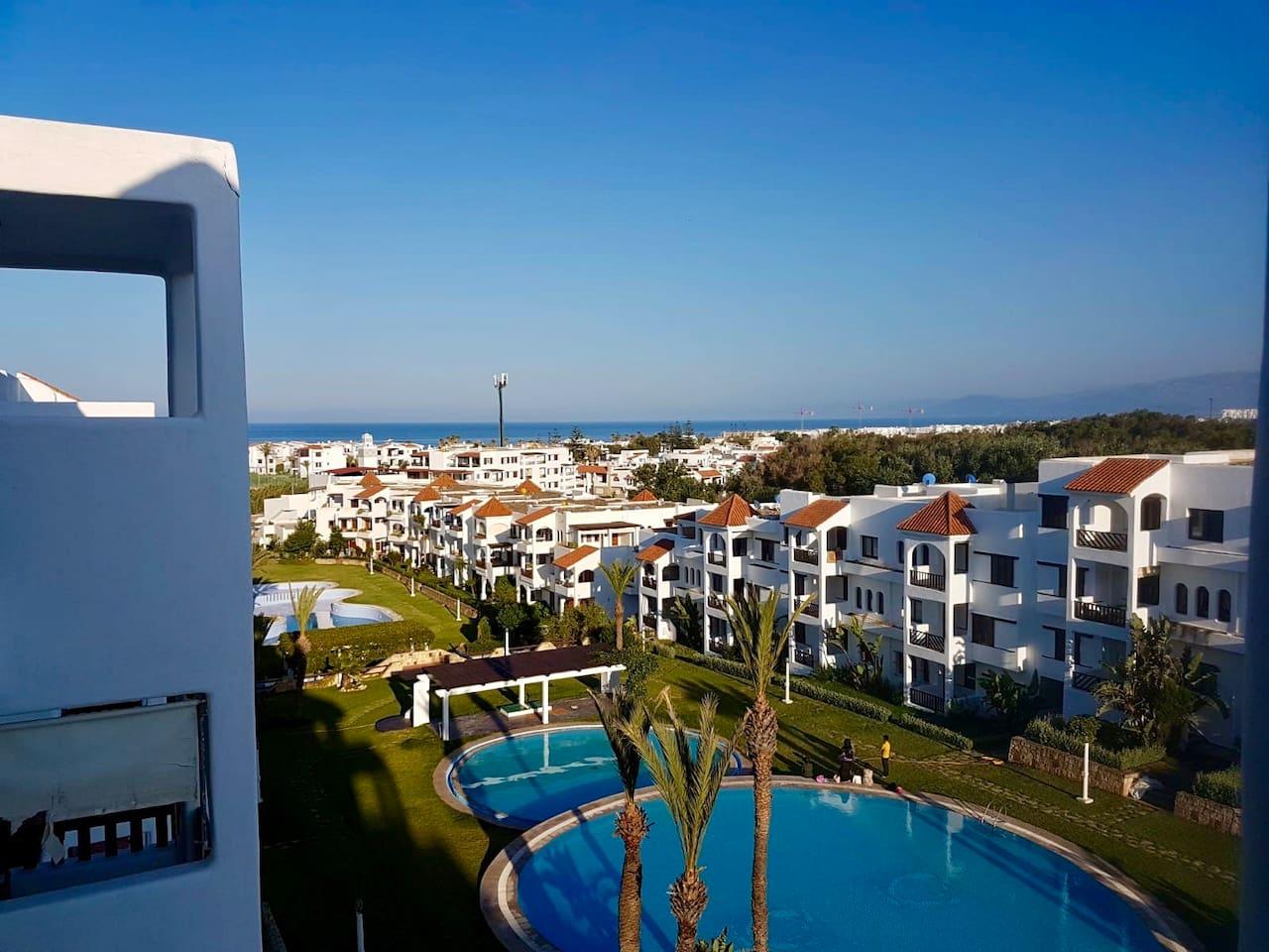Voici la vue du balcon sur la mer et la piscine numéro 2 et 1
