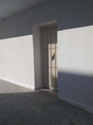 Puerta de entrada, hace esquina con la calle san José del valle n°1
