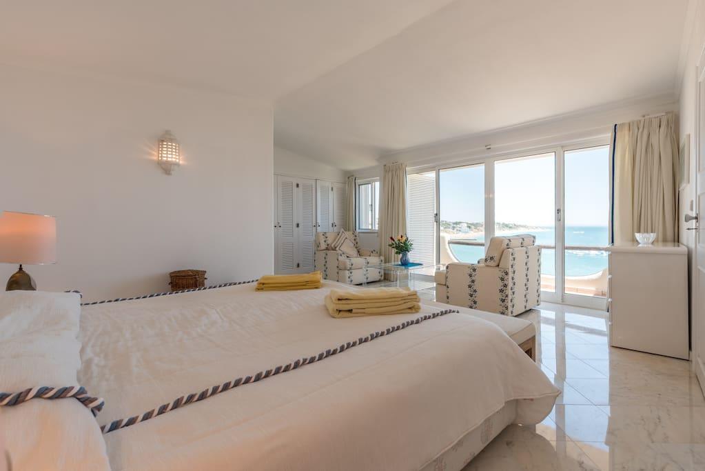 Schlafzimmer 1 mit grossem Doppelbett