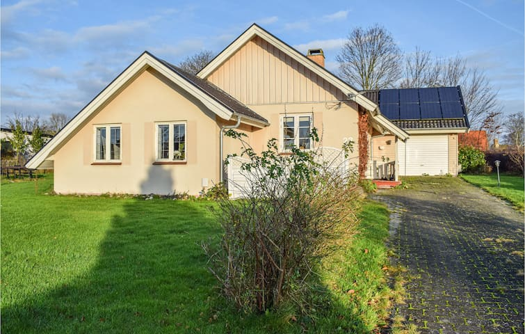 Holiday cottage with 2 bedrooms on 117m² in Dronningmølle