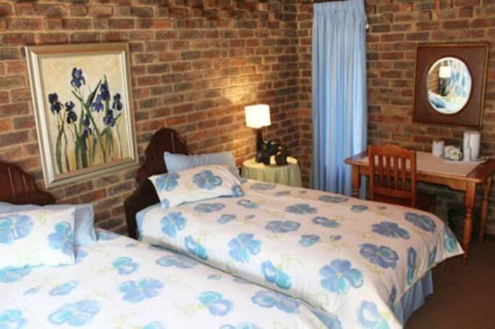 Quiet 2-bed selfcatering flat,Brummeria,dstv,pool