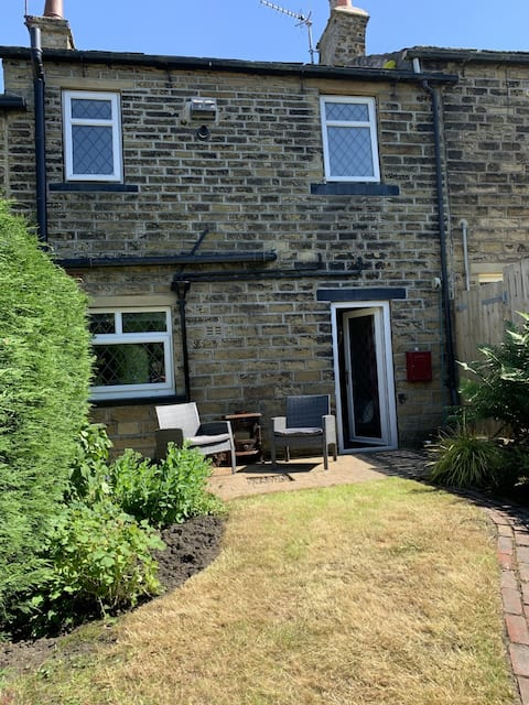 Beautiful Haworth cottage, sunny garden & parking.