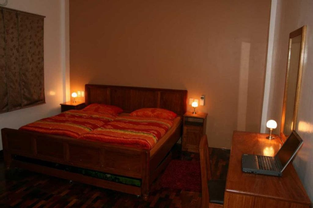 Room number 1, with a double bed and space for two people. With aircondition and safe.