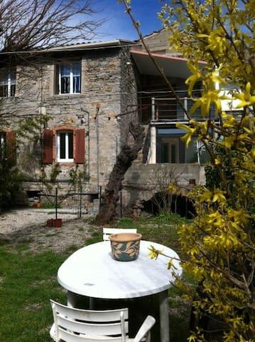 gite dans une maison de village - Saint-Brès - Lejlighed