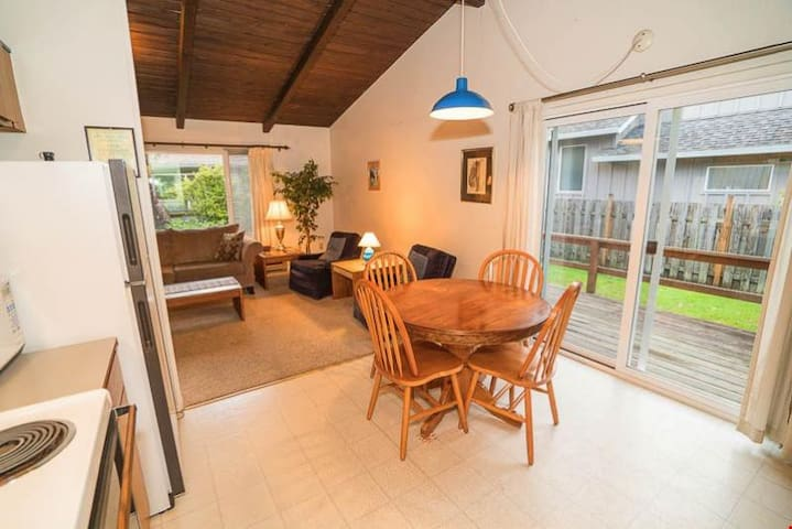 320 Edmund (MCA 538 AB-GF) - Welcoming Manzanita Cottage is Three Blocks to Beach or Town!