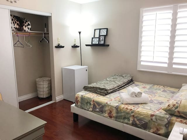 Private room/bathroom, 15 mins from strip/airport!