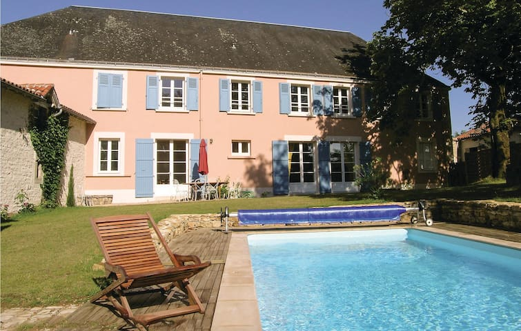 Semi-Detached with 6 bedrooms on 255 m²
