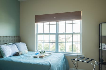 Sunny Suite w/ 2 beds, private bath & pool access - Harrisburg - Maison