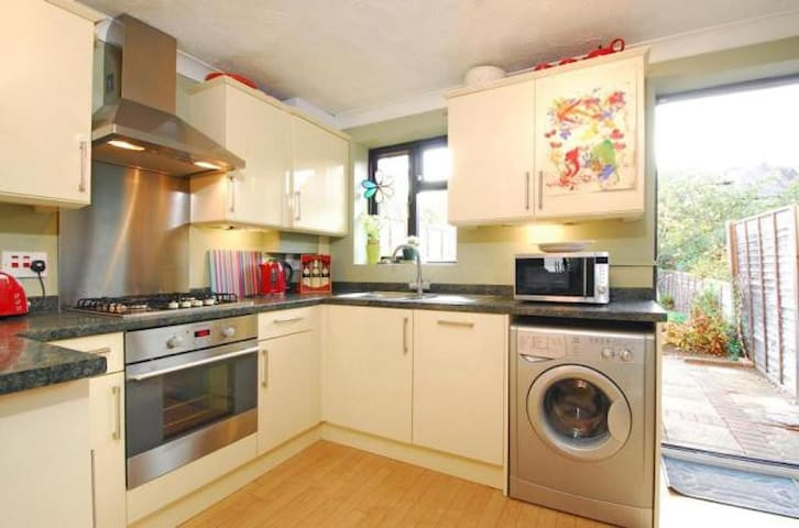 Cozy 2 bed house with garden in Balham - London - Hus